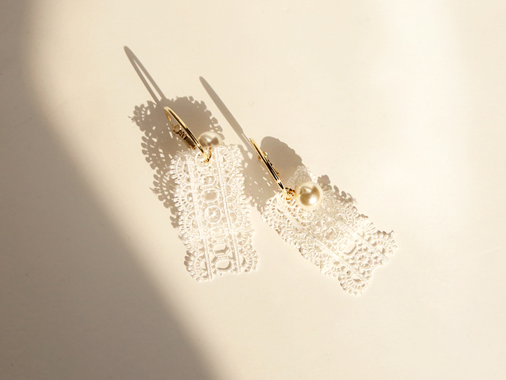 BIG PEARL POINT LACE EARRING