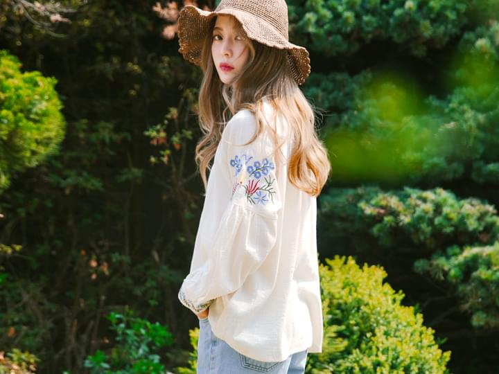 WRINKLE FLOWER EMBROIDERY BLOUSE