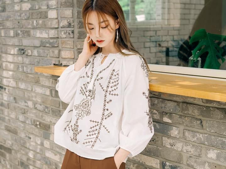 ETHNIC EMBROIDERY TASSEL BLOUSE