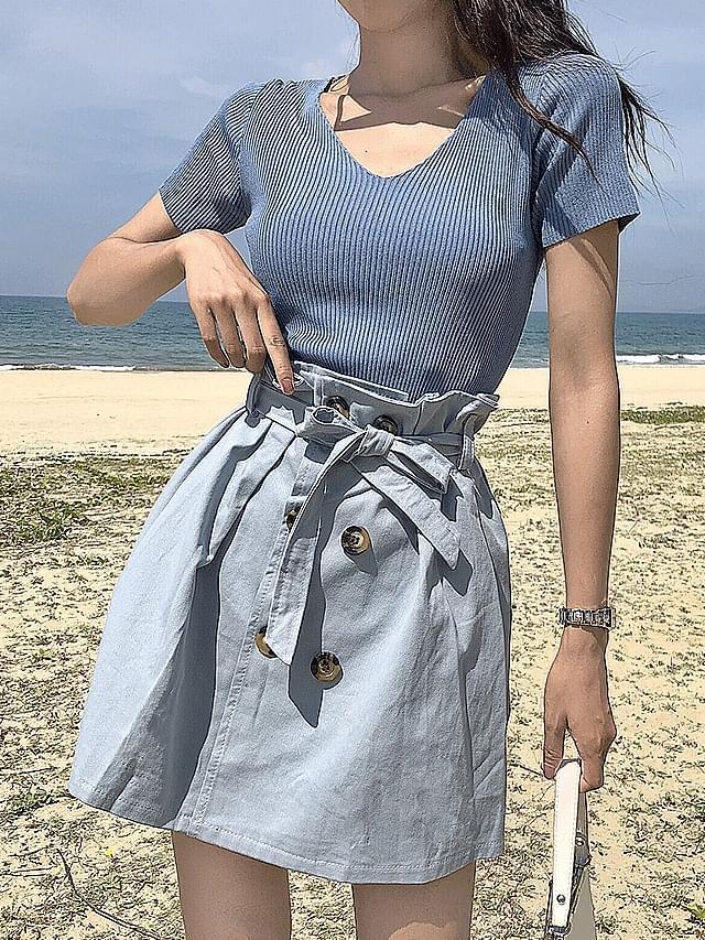 V-neck knit / belt button skirt