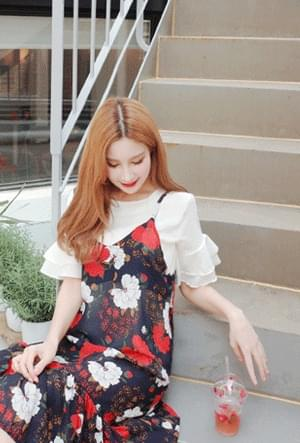 Sleeved frilly blouse