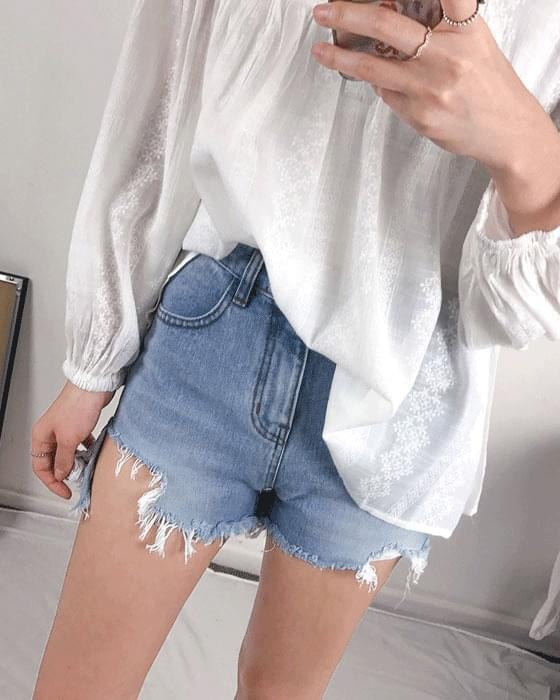 Hemming blue shorts