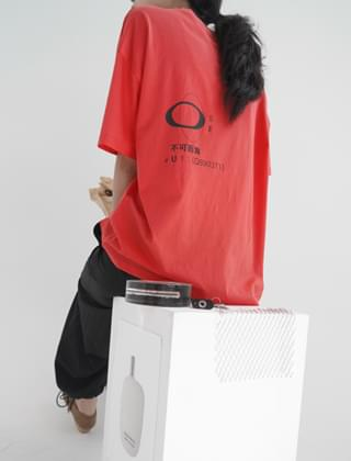 typo-graphic boxy half tee (opera red)