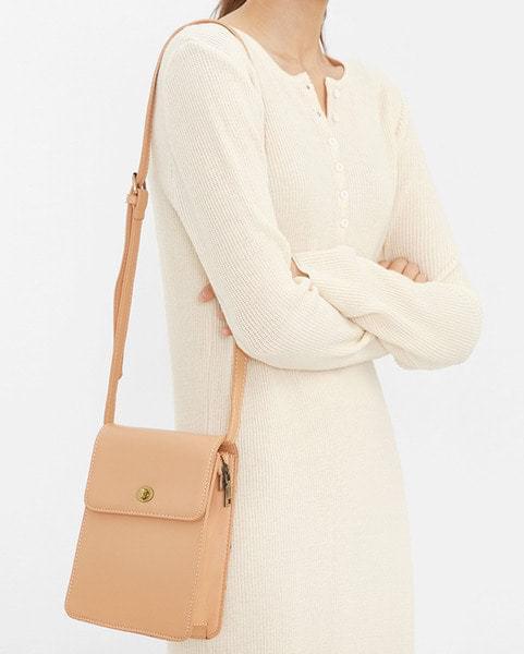 clean buckle shoulder bag