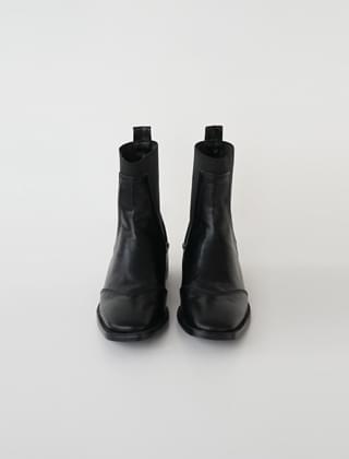 line detail chelsea boots