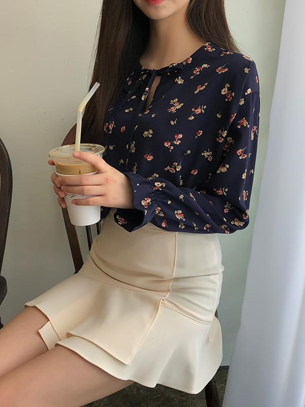 Pure ribbon flower blouse
