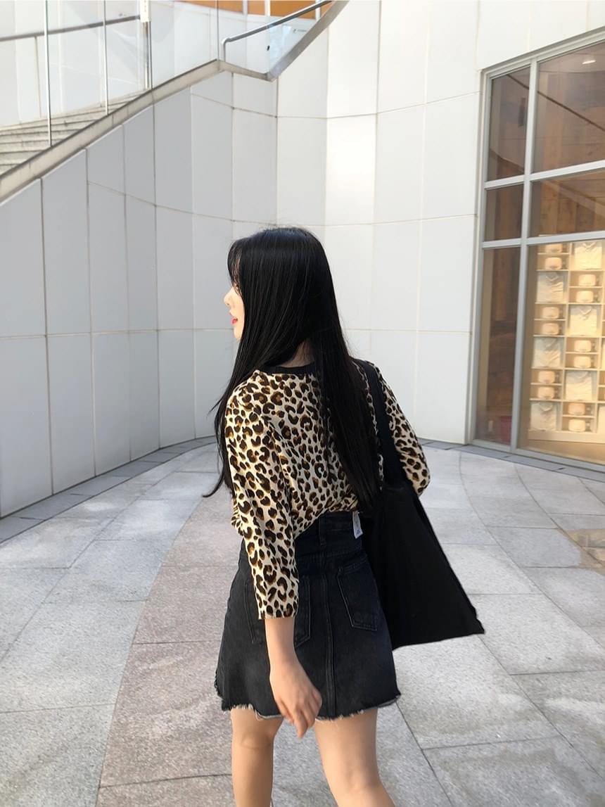 Simple black skirt cut skirt
