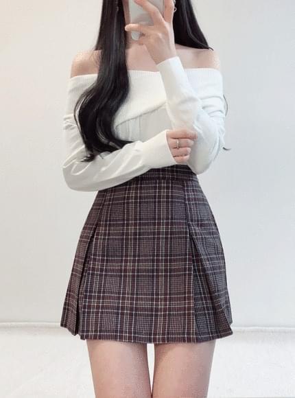 Cheek-off shoulder knit