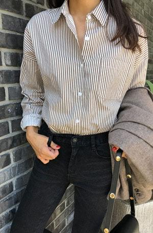 Withcoffee-striped shirt