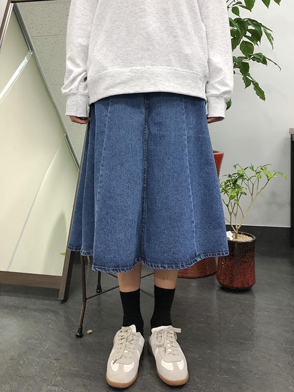 Long denim skirt with a pocket
