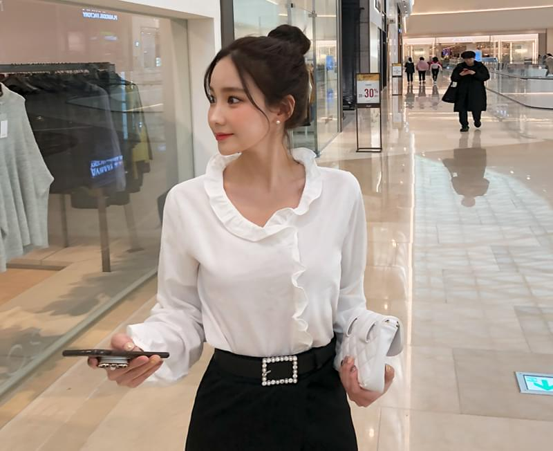 Point frilly blouse