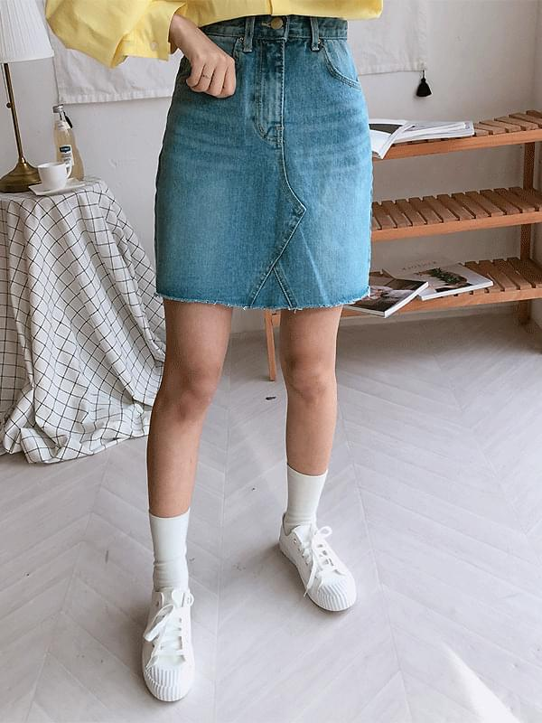 Cookie cut denim skirt