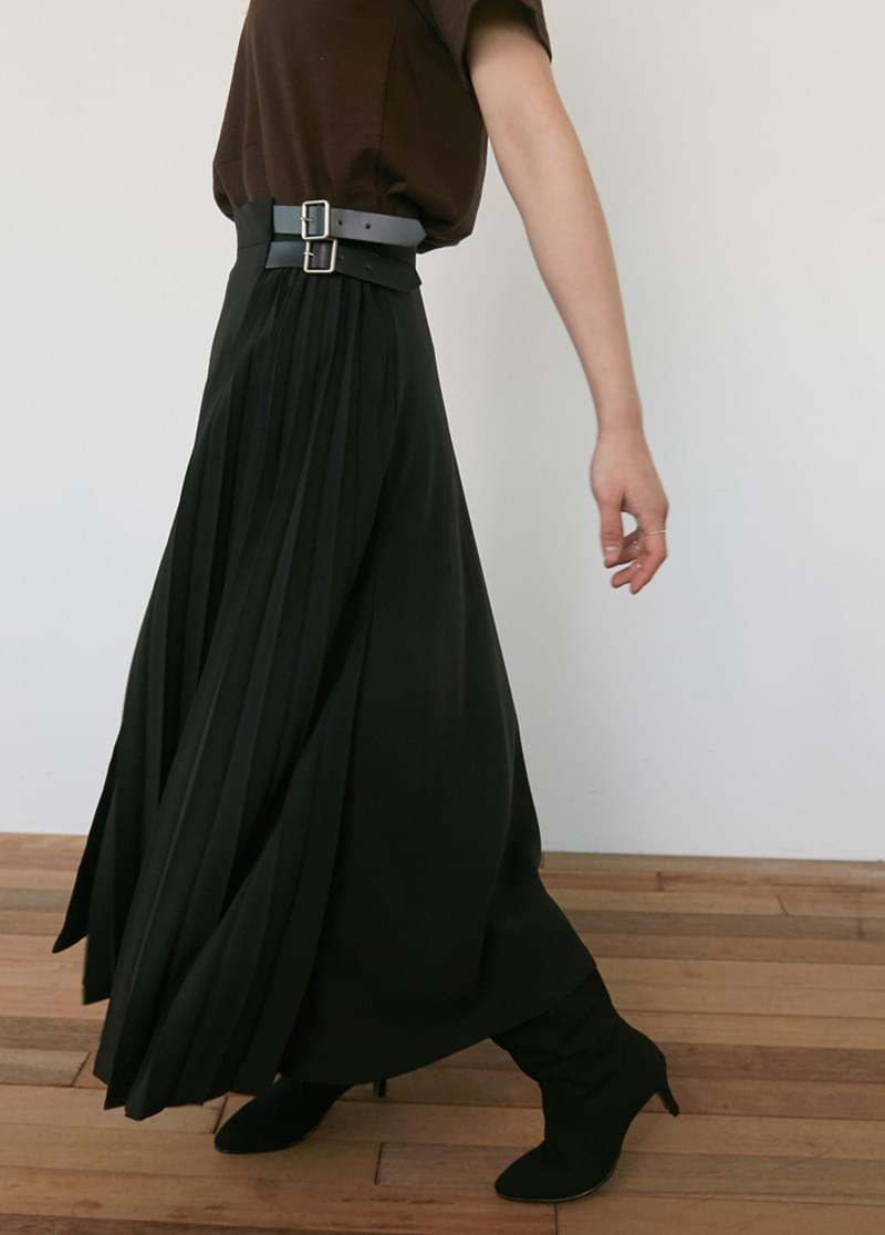 Buckle pleated skirt