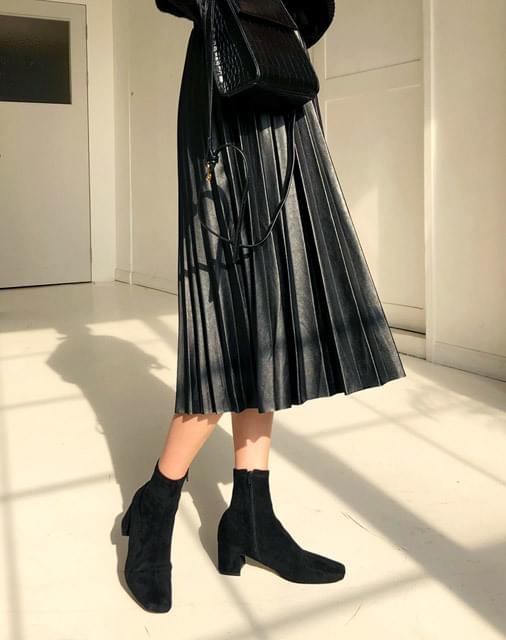 Leather pleated long skirt
