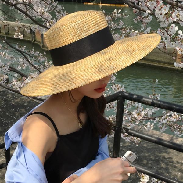 Black strap big hat