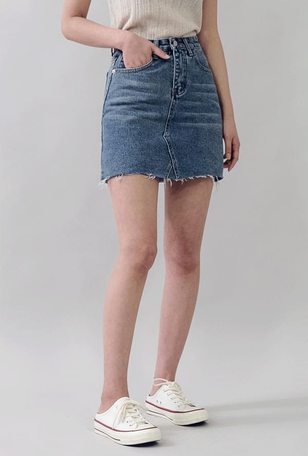 Cut short denim skirt