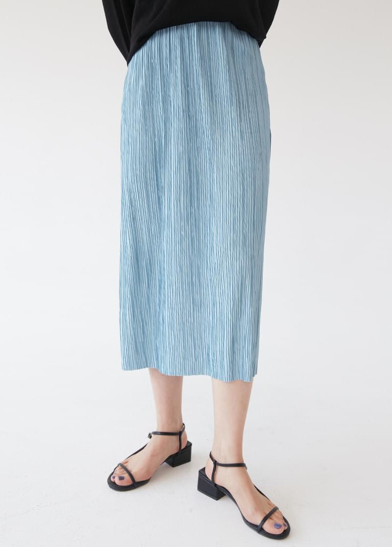 Glossy pleated skirt