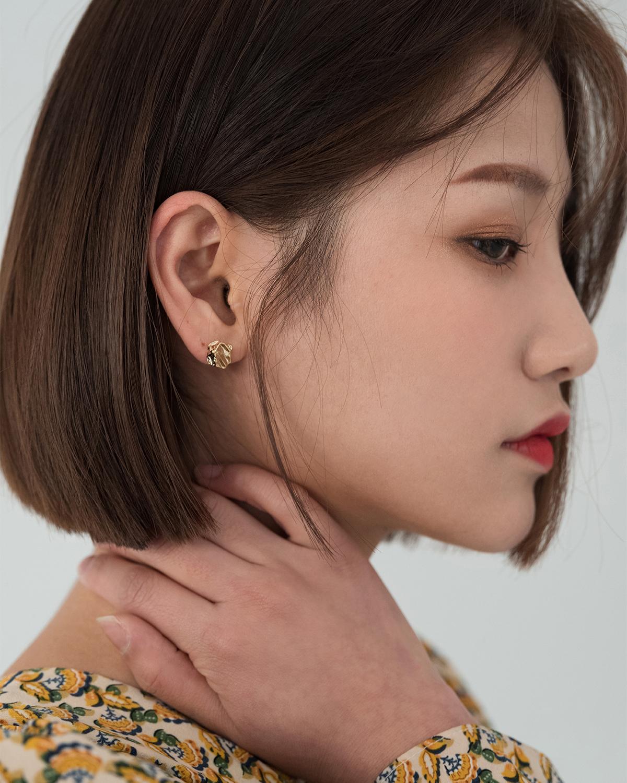 minimal gold earring
