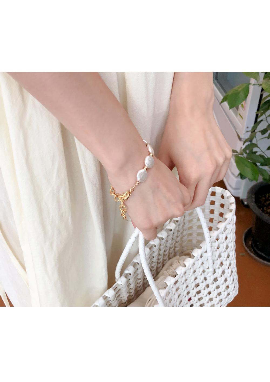 Bracelet to keep looking