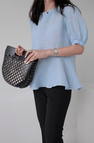 Narrow volume short sleeve blouse