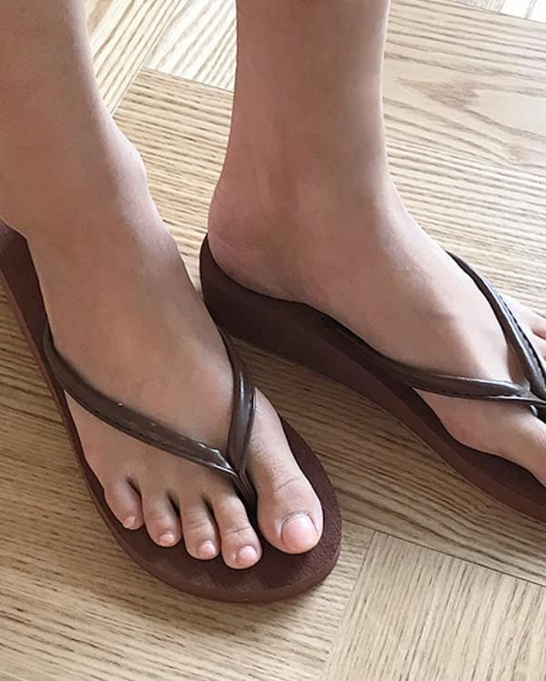 a flat light slipper