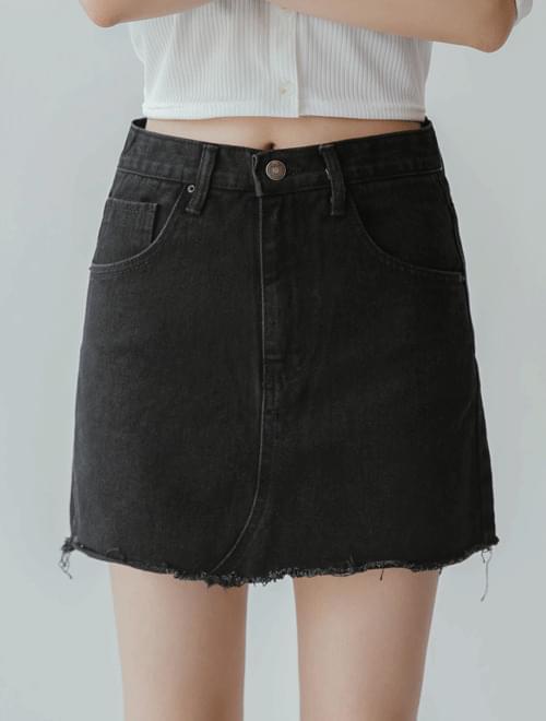 Cutting basic denim skirt