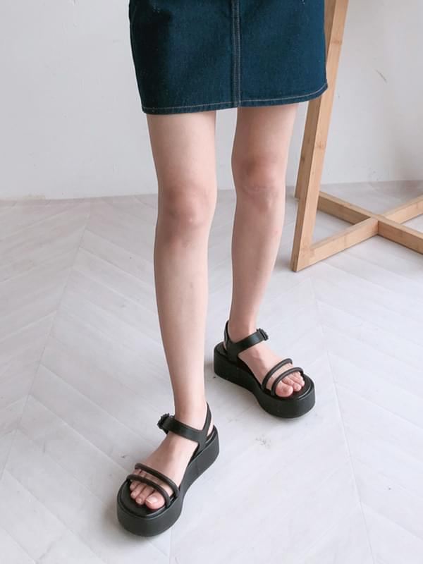 Tongue line sandals
