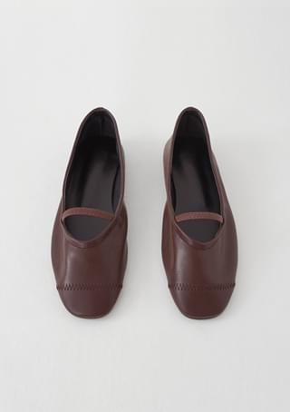 round outline flat shoes