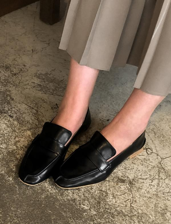 basic design clean loafer