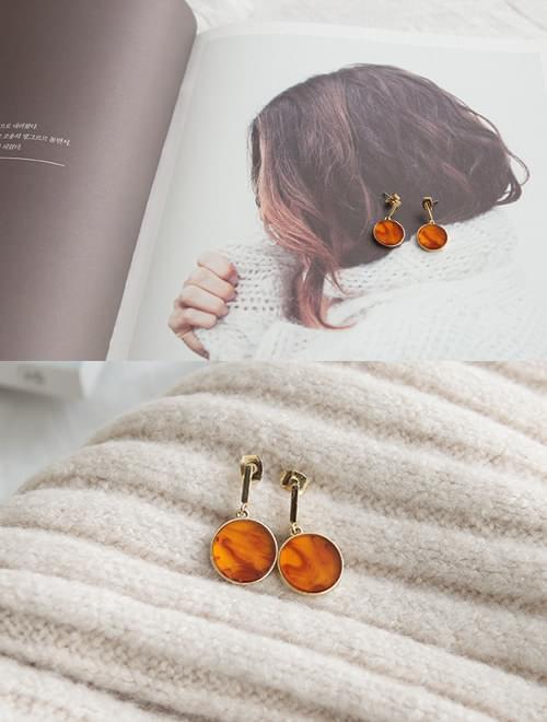 Feminine gold earring