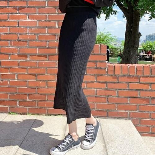 With knit long skirt