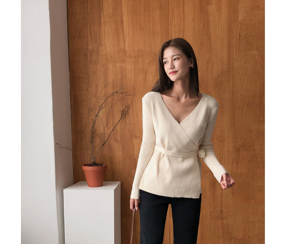 V-neck slim fit feminine knit