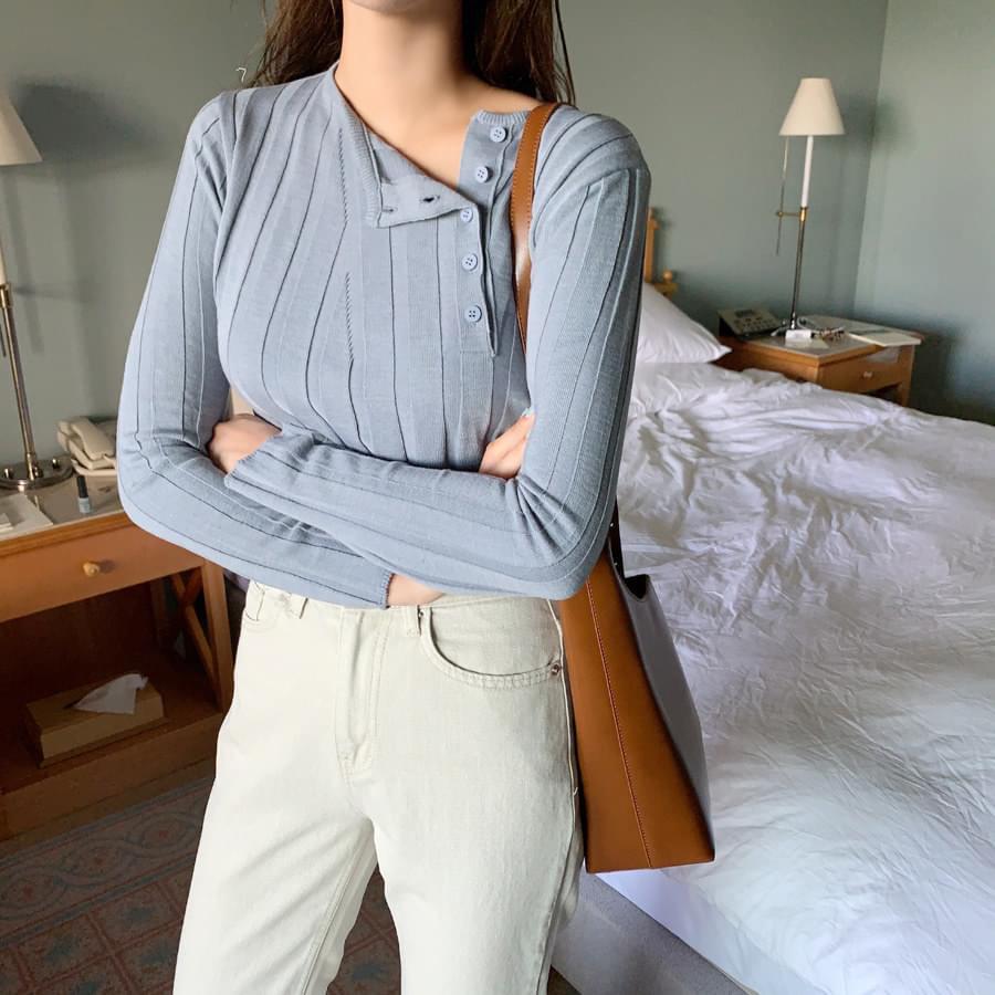 Unbuttoned button knit