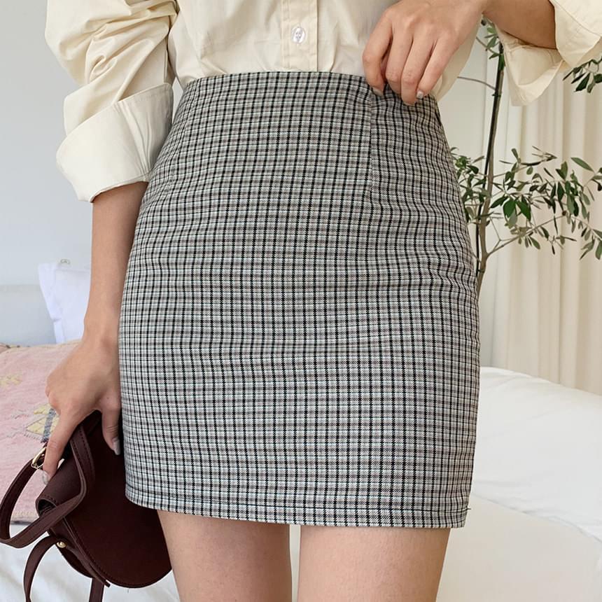 Small check skirt