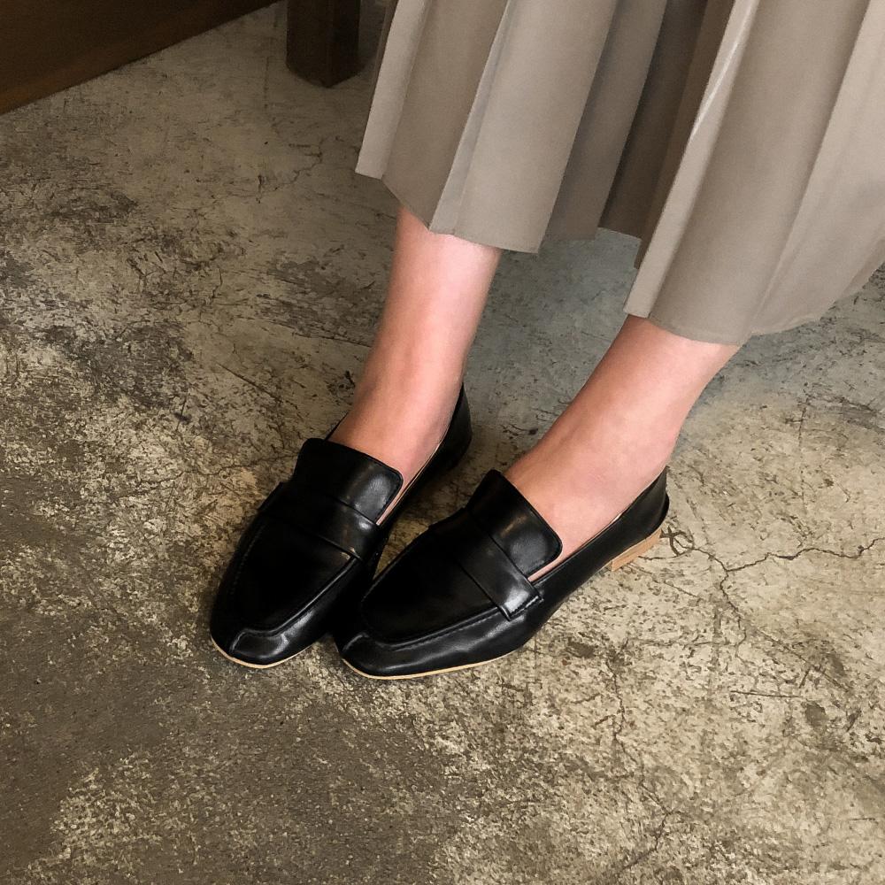 basic design clean loafer