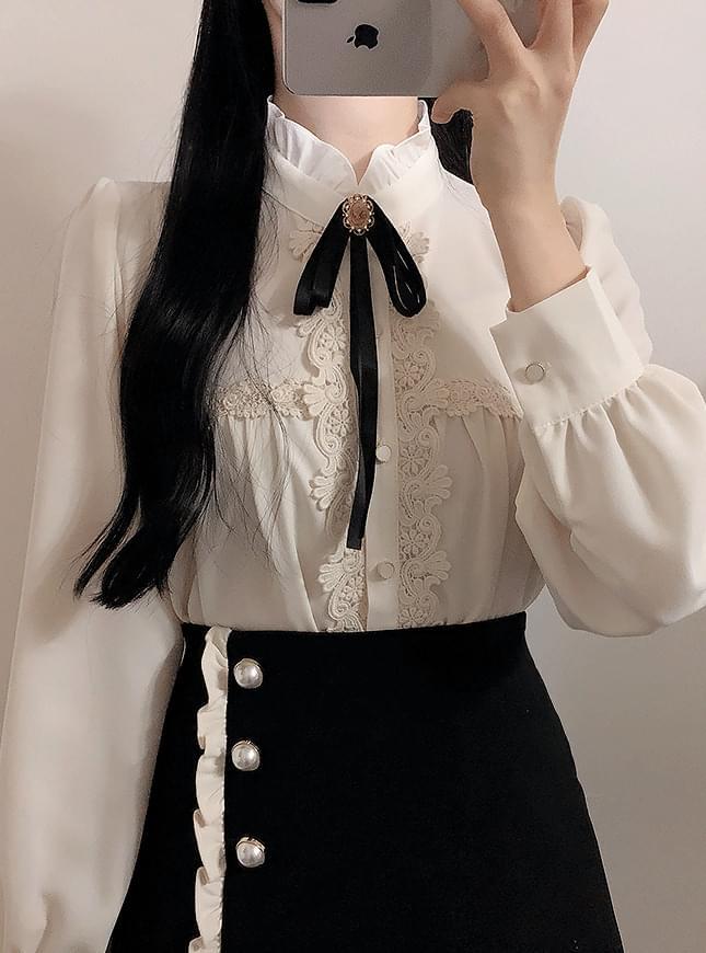 Broochset Days lace blouse