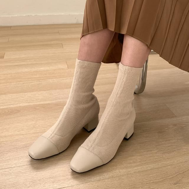 Ribbed socks ankle boots