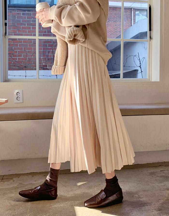 Creamy suede pleated skirt
