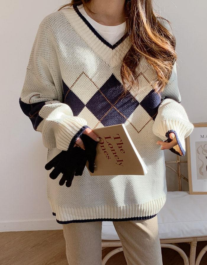 Argyle V-neck overfit knit