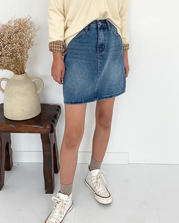 A fit denim skirt