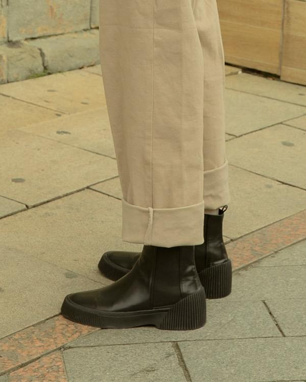 Toothed leather chelsea boots