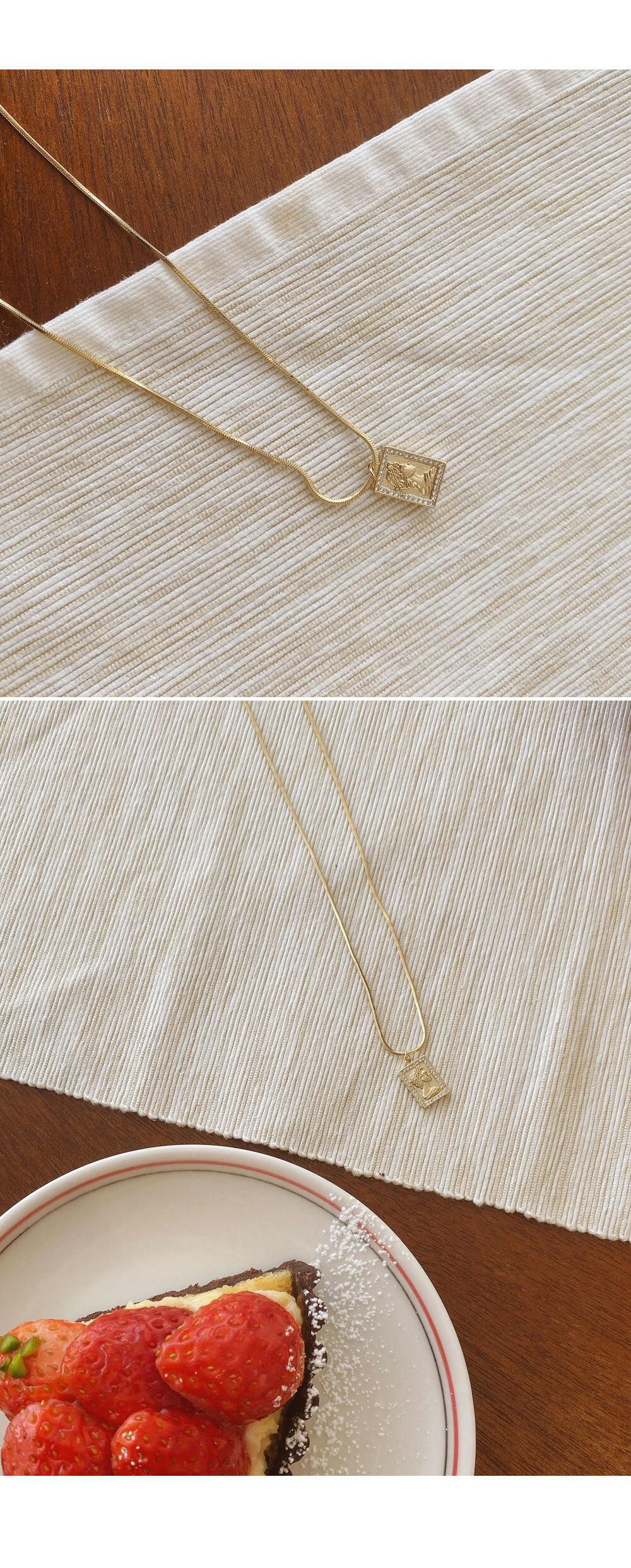 Luxurious pendant necklace