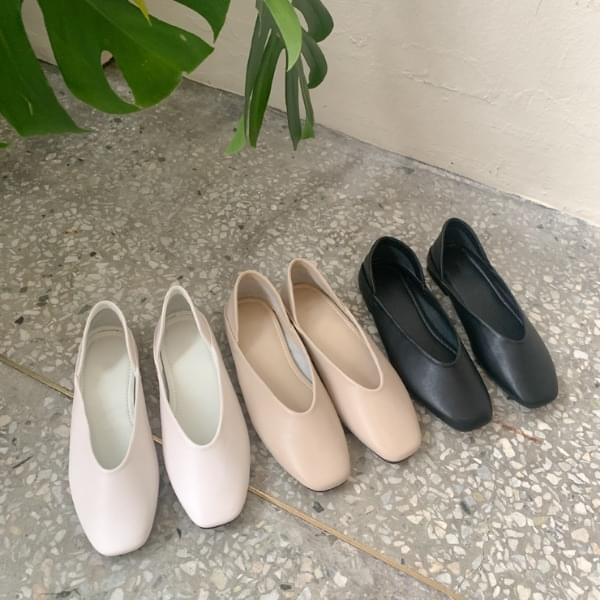 Delta's leather flats