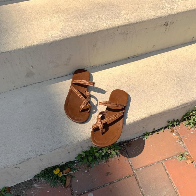 Kink strap shoes