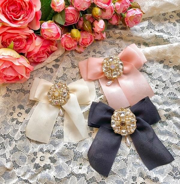 Charming diamond ribbon brooch acc
