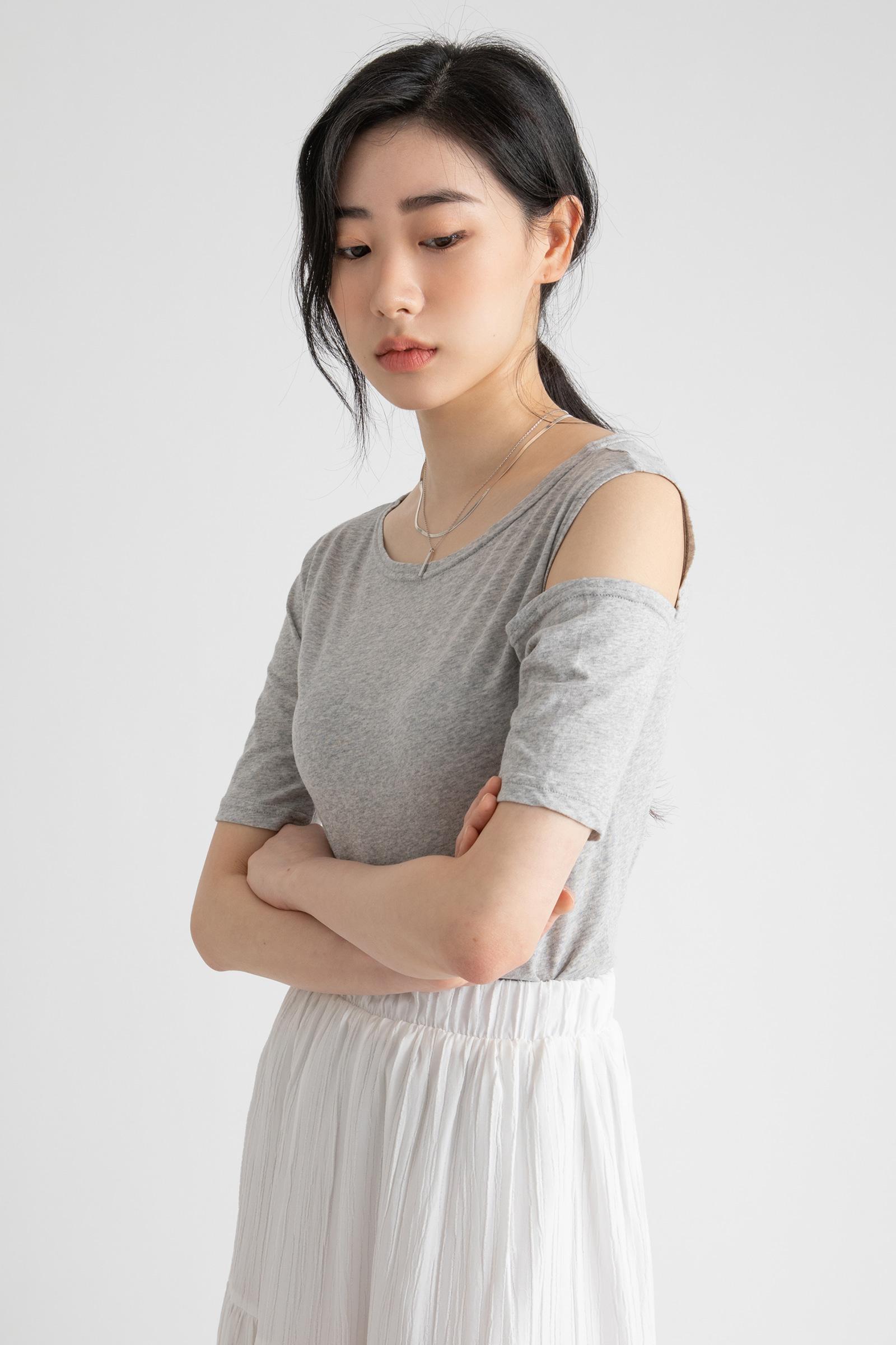One shoulder point round neck T-shirt