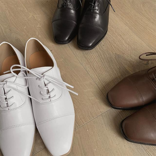 Glossy lace-up shoes