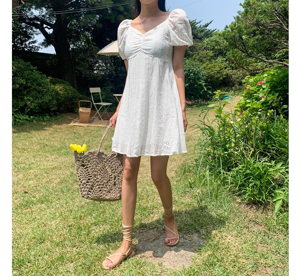 心型領可拉一字領小花刺繡洋裝