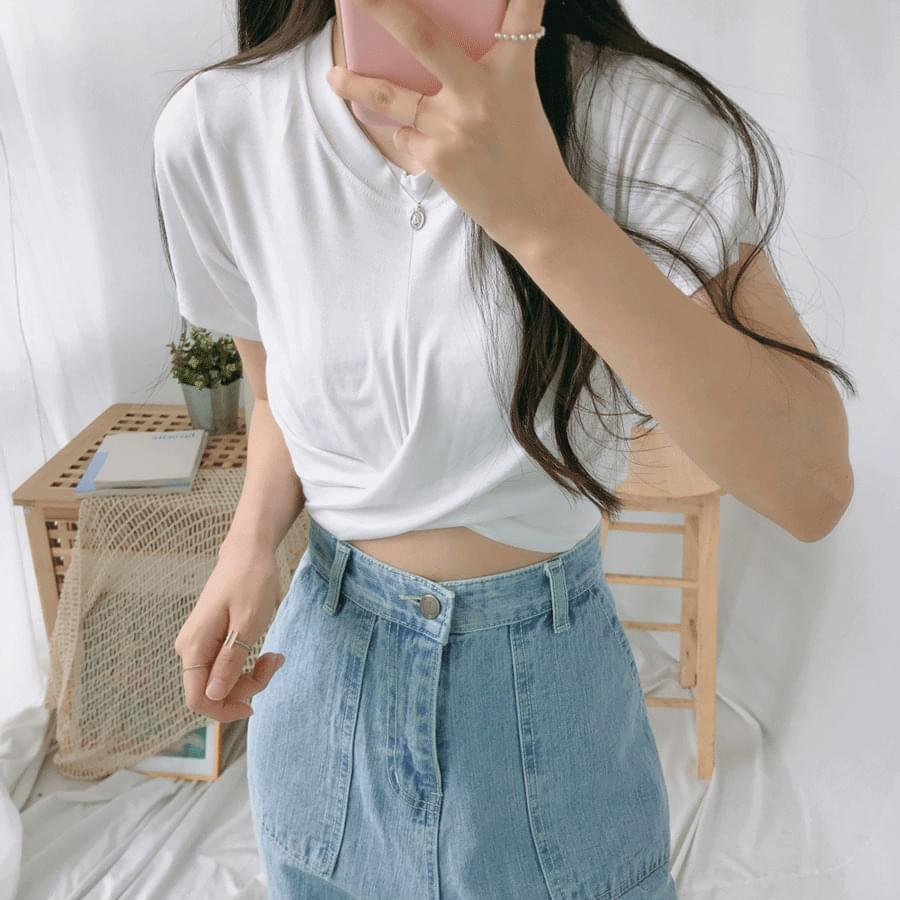 Center twist cropped short-sleeved T-shirt
