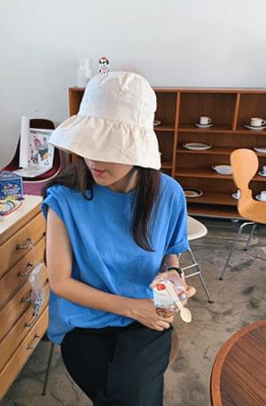 Daisy embroidery bucket hat